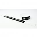 Schwarze Papierarmbänder mit weißem Aufdruck