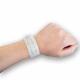 Medizinisches Armband mit Einsatz am Handgelenk.